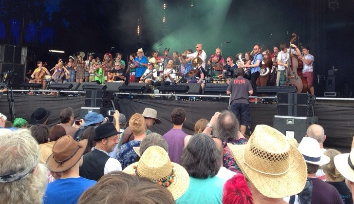 A large band of folk musicians